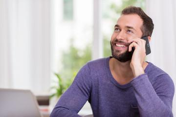 zufriedener mann telefoniert mit dem handy
