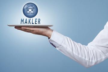 Hand hält Tablet darüber ein Symbol Makler