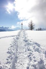 Wall Mural - Croce in cima alla montagna con neve
