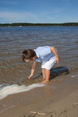 Petite garçon le long de la plage
