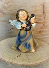 Kleiner Engel musiziert