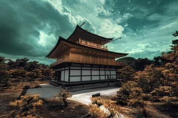 Papiers peints Edifice religieux Temple Japonnais traditionnel en or doré