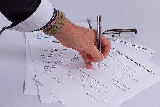 Contrats et signature avec une main d'homme