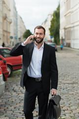 mann telefoniert auf dem weg zur arbeit