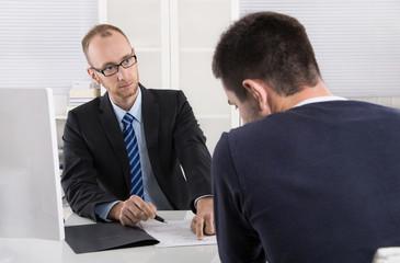 Gespräch: Chef und Arbeitnehmer über Kündigung Arbeitsvertrag