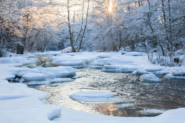 Deurstickers Rivier Flowing river at winter