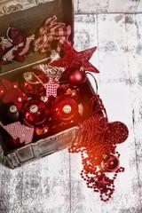 Weihnachtsdeko rot in Holzkiste