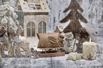 Weihnachtskarte.Winterliche Holzfiguren mit Kerze