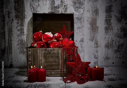 Rote weihnachtsdeko in holztruhe stockfotos und - Rote weihnachtsdeko ...