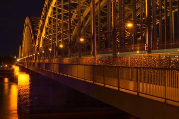 Hohenzollernbrücke in Köln bei Nacht