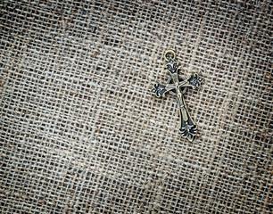 Leinwandbilder - Metallic crucifix on sack