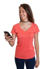 Junge Frau freut sich über eine SMS