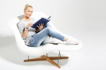 Fototapeta Kobieta czyta książkę