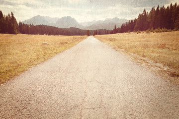 Poster Retro Road towards the mountains - Vintage image