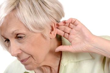 femme senior écoutant une conversation