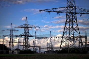 Strom Mast Umspannwerk Wolken