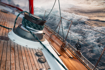 Photo sur Plexiglas Voile sail boat under the storm, detail on the winch