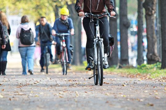 Radfahrer im Herbst
