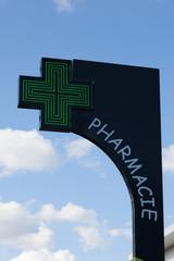 croix verte pharmacie avec ciel et nuages