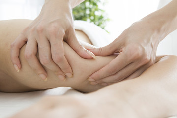 Masseuse relax the muscles of the upper arm