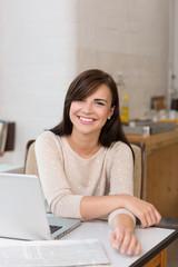 junge frau arbeitet zuhause am laptop