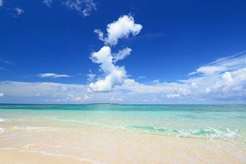 美しいエメラルドグリーンの海