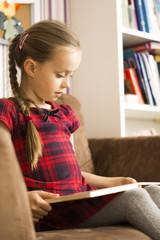 das mädchen liest einen buch.schule.lesen.