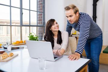 zwei junge leute arbeiten am laptop