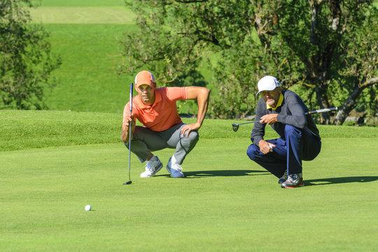 Zwei Golfer auf dem Grün