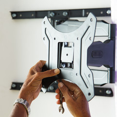 Man installing mount TV