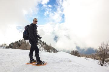 Uomo con ciaspole in montagna