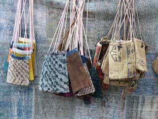 Bunte Folklore Taschen in einem Basar an der Blauen Moschee