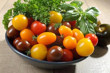 pomodori colorati con erbe fresche
