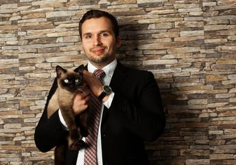 Geschäftsmann mit Katze Britisch Kurzhaar