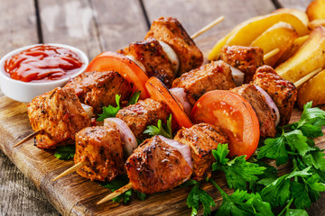 Fototapete - meat skewers with potatoes on the board