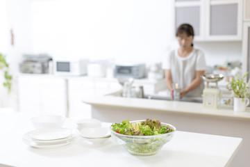 キッチンのサラダと主婦