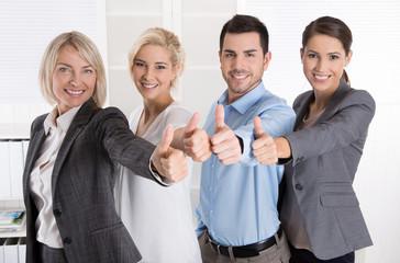 Lachendes Business Team mit Daumen hoch