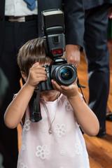 Bambina con la macchina fotografica che fotografa