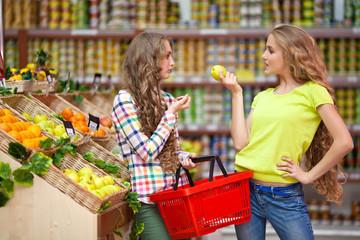 Картинки по запросу две девушки у супермаркета