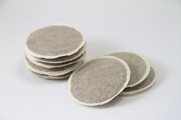 Acht Kaffeepads auf weißem Grund