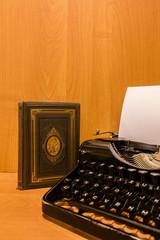 Alte Schreibmaschine mit alten Buch