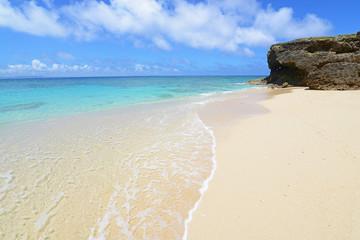 美しい砂浜に打ち寄せる波