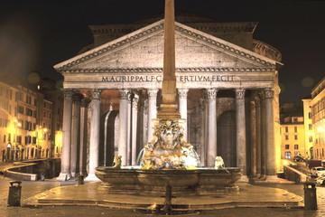 Monumentalny Panteon nocą, Rzym, Włochy