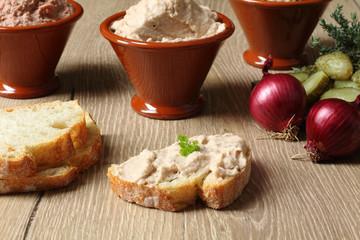pate di fegato con champignon su fetta di pane