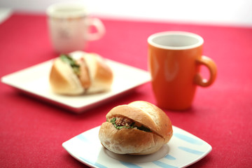 ハンバーガーとコーヒー テーブルイメージ