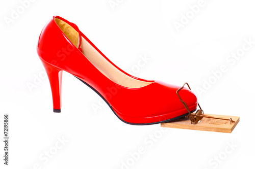 b77ad5e9848202 Roter Damenschuh in Mausefalle