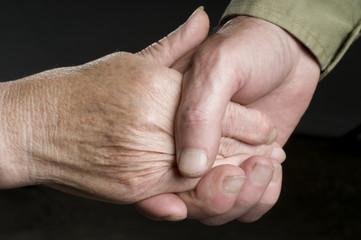 Hände halten, älteres Paar