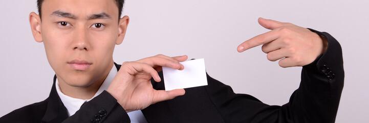 junger mann zeigt seine visitenkarte