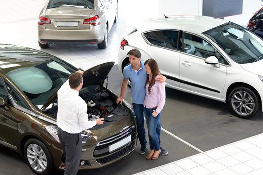 Verkaufsgespräch im Autohandel // Sales talk in the car trade