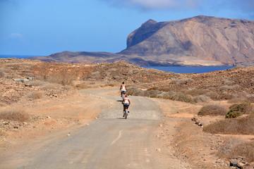 excursionistas en bicicleta en la isla graciosa, lanzarote